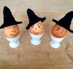 Het is Halloween vandaag....! Toen ik nog op school zat, waren we er niet zo mee bezig. Volgens mij wordt het hier in Nederland nu ieder jaar meer. Bij mij in het dorp niet, maar op internet zijn er al vele mooie griezelige plaatjes voorbij gekomen. Ik kon het niet laten om iets te haken voor Halloween, niet heel eng maar wel gezellig voor bij het ontbijt. Je kunt griezelige gezichtjes op je eieren tekenen en met het heksenhoedje zijn ze meteen helemaal in de sfeer...