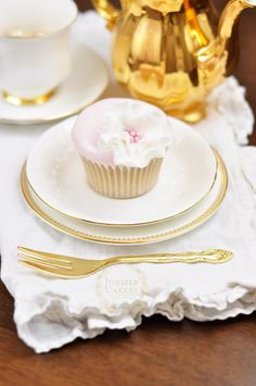 Learn How to Use Poured Fondant With These Delightful Hand-Dipped Cupcakes! ..................  Dipped fondant cupcake with a pretty sugar flower