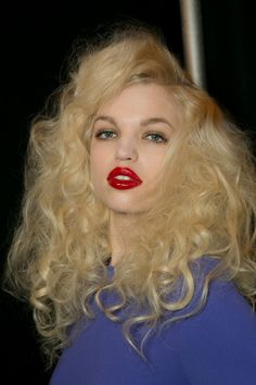 Big inspired curls made a reappearance on Marc Jacobs show. Try a heat-friendly synthetic hair wig that will allow you to create and retain these wild curls. Pretty Hairstyles, Wig Hairstyles, High Fashion Hair, Messy Curls, Voluminous Curls, Teased Hair, Corte Y Color, Creative Hairstyles, Cool Haircuts