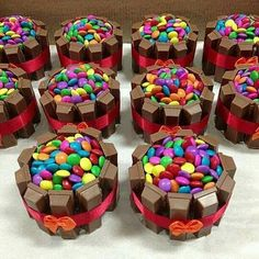 Rainbow M&M and Kit Kat lovely there are combined into sweetness always. Mini Tortillas, Happy Birthday Baby, Birthday Cake, Beautiful Cakes, Amazing Cakes, Mini Cakes, Cupcake Cakes, Kit Kat Cupcakes, Chocolates
