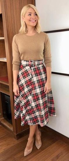 Tartan midi skirt outfit: Holly Willoughby in Zara skirt and tan jumper Checked Skirt Outfit, Tartan Skirt Outfit, Denim Skirt Outfits, Midi Skirt Outfit, Winter Skirt Outfit, Winter Outfits, Curvy Women Outfits, Modest Outfits, Chic Outfits