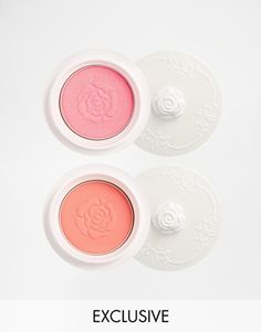 Cheek colour set by Anna Sui Pack of two Powder-based formula In two rose petal hues With a long-lasting pearly sheen For a dewy, glossy finish Delicate rose scent Comes with lightly textured pot and fluffy protector