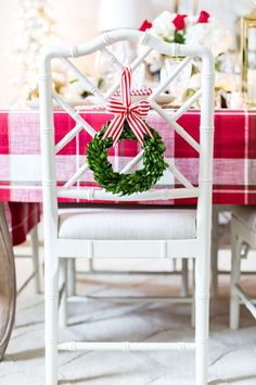 Style your holiday tablescape with these ideas for Christmas Table Decorations from twinkling lights to gorgeous holiday floral arrangements! Christmas Chair, Christmas Post, Christmas Table Settings, Christmas Tablescapes, Christmas Candles, Christmas Wreaths, Christmas Ideas, Christmas Crafts, Advent Wreaths