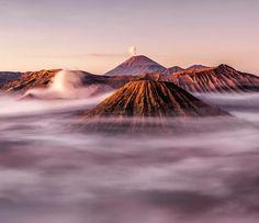 """""""Unsere Erde beeindruckt mich immer wieder. Wohl auch deswegen bin ich sehr gerne mit meiner Kamera in den Landschaften unserer Erde unterwegs. Hier waren wir auf der indonesischen Hauptinsel Java wo es viele solch beeindruckender Orte gibt. Einer davon ist der Bromo-Tengger-Semeru-Nationalpark. Man sieht hier gleich drei Vulkane und eine riesige Caldera"""" schreibt  Mirco Gugg über sein #geoleserfoto. Du willst auch bei unserem Fotowettbewerb mitmachen? Dann klicke den Link in unserer Bio. by…"""