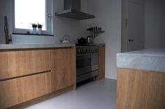 Strakke eiken keuken, betonnen blad, van nickellis