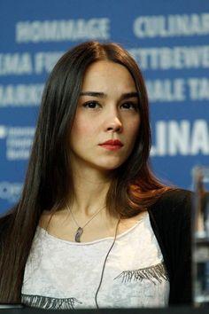 Turkish actress with the beautiful name 'Türkü Turan' ! Pretty Woman, Pretty Girls, Beauty Make Up, Beauty Girls, Turkish Beauty, Asian, Beautiful Women, Culture, Hot