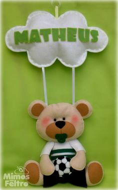 Enfeite de porta todo em feltro. O ursinho pode ser adaptado nas cores do time de sua preferência. Consulte! As medidas do ursinho são: Cerca de 23cm de altura x 20 de largura A nuvem: 27cm de largura x 15cm de altura. R$ 65,00
