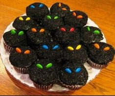 Cupcakes with M Eyes. Regular chocolate cupcakes/ frosting, black sanding sugar, M eyes. - Cupcakes with M Eyes. Regular chocolate cupcakes/ frosting, black sanding sugar, M eyes. Halloween Snacks, Spooky Halloween, Bolo Halloween, Dulces Halloween, Postres Halloween, Hallowen Food, Halloween Cupcakes Easy, Decorations For Halloween, Halloween Recipe