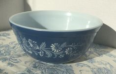 This is a Pyrex mixing bowl number 403 in the colonial mist pattern. It holds 2.5 L and is in good vintage condition. The enamel paint has begun to wear in some areas around the very lip of the bowl and there are some light scratches. Please see last two photos. This bowl will be mailed in a large flat rate priority box. Sometimes I can mail it priority cheaper than flat rate. If you want to inquire an exact cost you may contact me with your ZIP Code. Thank you so much for visiting…