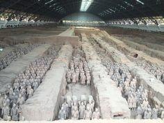 """Premier empereur de la dynastie des Qin, empereur qui unifia la Chine, fit construire la grande Muraille et se déclara le premier empereur de l'Empire du Milieu, Qinshihuang  enrôla 700 000 travailleurs pour construire un palais souterrain qu'il occuperait pour l'éternité. Pour le protéger, une garde d'honneur de 6 000 guerriers et chevaux fût donc enterrée dans une fosse de 1,5 hectare - Carnet de voyage """"Visite de la famille en Chine !"""""""