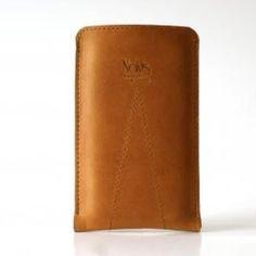 """iPhonehülle """"Safari"""" Leder & Wollfilz (Handmade, Neu)  Die iPhonehülle erscheint als Kombination von einer Schutzhülle und Brieftasche. Sie ist vollständig handgefertigt und aus den zeitlosen, hochwertigen Materialien wie Leder und Wollfilz kreiert. Außen: Echtes pflanzlich gegerbtes Leder. Innen: 100% Merino Wollfilz. Die Standardgröße ist iPhone 5. Auf Anfrage kann sie für iPhone 4 & 3 kreiert werden. Original Design von: © 2012 TheNavis"""