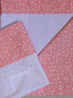 Linha bebê com criações exclusivas confeccionadas em tecidos 100% algodão. Kit bebê: manta em fustão dupla-face + lençol de carrinho com fronha (em percal). www.atelieclaudiasantos.com
