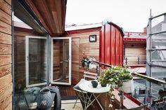 Visite deco : Petit appartement style nordique - Clem Around The Corner Tiny Spaces, Small Apartments, Apartment Showcase, Lofts, Home Pub, Patio Interior, Outdoor Spaces, Outdoor Decor, Attic Apartment
