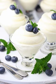 Lemon Cheesecake Mousse Recipe: A delicious no-bake cream cheese based mousse with a hint of lemon flavor. An easy but elegant dessert ready in 15 minutes! Lemon Desserts, Lemon Recipes, No Bake Desserts, Easy Desserts, Sweet Recipes, Dessert Recipes, Parfait Desserts, French Desserts, Easy Lemon Cheesecake