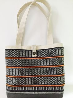 Barbara Pickel - totebag with grey handwoven front panel Weaving Designs, Weaving Projects, Weaving Patterns, M Design Logo, My Bags, Purses And Bags, Sac Week End, Crossover Bags, Boho Bags