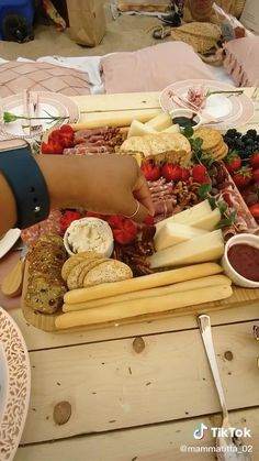 Picnic Birthday, Birthday Parties, Picnic Theme, Backyard Birthday, Summer Picnic, Picnic At The Beach, Indoor Picnic Date, Beach Picnic Foods, Family Picnic Foods