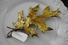 Ideas to Add a Touch of Gold to Your Thanksgiving Decor easy diy-use fake leaves:) Gilded leaf place cards. Thanksgiving Place Cards, Thanksgiving Crafts, Thanksgiving Decorations, Fall Crafts, Hosting Thanksgiving, Christmas Place, Christmas Greetings, Holiday Crafts, Diy Place Cards
