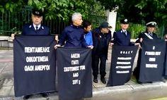 Tα πάντα όλα εδώ !: Αστυνομικοί με κρυμμένα πλακάτ στο Μέγαρο Μαξίμου ...