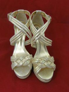 Sandália dourada magnífica na www.blacksuitdress.com.br