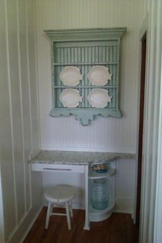 Folksy style plate rack - the bottom trim is a bit too oversized, making the rack appear upside down, but its a nice idea Wooden Plate Rack, Plate Rack Wall, Diy Plate Rack, Plate Shelves, Wooden Plates, Hanging Plates, Plates On Wall, Plate Display, Display Shelves