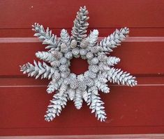 4 Cool Christmas Pine Cone Decorations to Try - Pine cone is everyone's top pick for Christmas decorations. Here we recommend several awesome Christmas pine cone decorations you can copy. Christmas Pine Cones, Noel Christmas, Winter Christmas, Christmas Wreaths, Christmas Decorations, Christmas Ornaments, Primitive Christmas, Country Christmas, Pine Cone Art