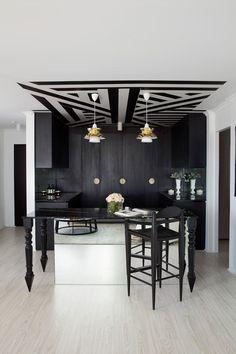 décoration d'intérieur cuisine en noir et blanc et plafond à motifs géométriques