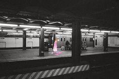les-personnages-disney-s-incrustent-a-new-york-dans-des-photos-noir-et-blanc
