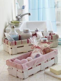 Granny's Red and white Cottage Aus alten Obstkörben und Holzschachteln basteln wir wunderschöne Badezimmer-Accessoires.