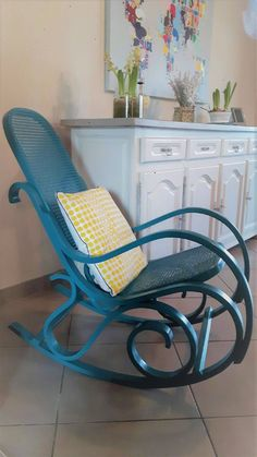 Peindre le rotin, l'osier ou la paille d'une chaise - Eleonore Déco Isabelle, Rocking Chair, Living Room, Diy, Furniture, Home Decor, Projects, Chair Makeover, Furniture Makeover