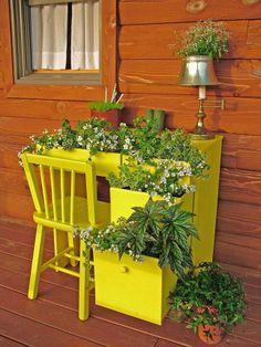 Een oud buro met laatjes kan prima dienst doen als bloemenbak. Geef het buro een passend kleurtje en je hebt een fleurig en kleurrijk geheel!