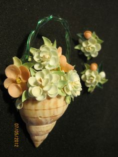 VTG HANDMADE SEA SHELL BASKET SHAPED BROOCH w/MATCHING FLOWER EARRINGS