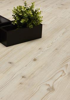 Lichte houtlook pvc vloer. Bestel tot 6 gratis vloerstalen via onze website handyfloor.nl - Deze essenhouten vloer geeft een frisse blik aan de ruimte. Mooi te combineren met pastelkleuren. Tip: Leg door de gehele woning dezelfde vloer zonder gebruik te maken van onderdorpels, hierdoor lijkt het vloeroppervlak groter.