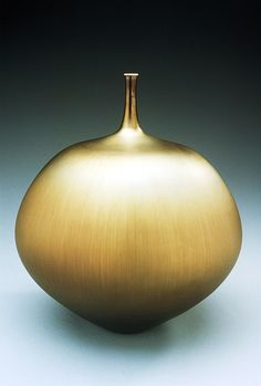 Teardrop shaped bottle with gold glaze by Hideaki Miyamura.  http://www.miyamurastudio.com