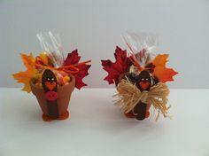 Turkey Pot Tutorial - Binge Crafter Terra Cotta Pot Turkey Craft for Thanksgiving Flower Pot Crafts, Clay Pot Crafts, Leaf Crafts, Fall Crafts, Holiday Crafts, Crafts To Make, Flower Pots, Crafts For Kids, Diy Crafts