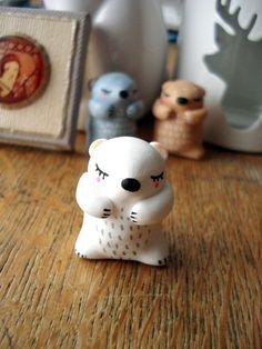 """Totem de poche """"Mon ourson polaire"""" oMamaWolf figurine en porcelaine froide : Art céramique par omamawolf"""