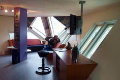 Cube house (Rotterdam, Países Bajos)  Este icono de Rotterdam fue diseñado por Piet Blom en 1984, en el que se tomaron 40 casas convencionales y se inclinaron 45 grados para convertirlas en las primeras casas con forma de cubo de Holanda.    Te darás cuenta de que, en cierto modo, la casa engaña tus sentidos, porque no cumple las convenciones habituales de las casas normales.