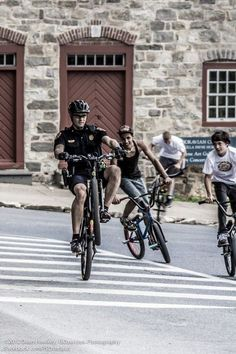 This bicycle cop shows some kids how it's done .