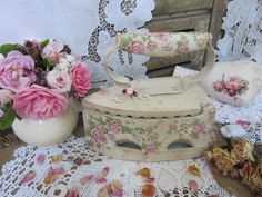 Купить или заказать Утюг 'Венок из роз' в интернет-магазине на Ярмарке Мастеров. Старинный чугунный утюг принарядился.. Для светлого уютного интерьера.Д…