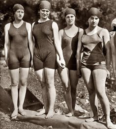 """ Members in bathing suits circa glass negative, George Grantham Bain Collection. (via Shorpy Historical Photo Archive :: Mermaid Club: Pin Up Vintage, Photo Vintage, Vintage Girls, Vintage Beauty, Vintage Outfits, Vintage Fashion, Shorpy Historical Photos, Vintage Bathing Suits, Vintage Swimsuits"