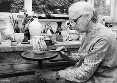 beim Bemalen eine Kanne in der Werkstatt in Marwitz bei Velten - 1984