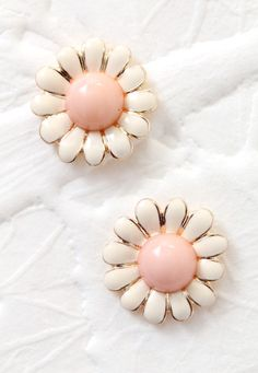 May Flowers Stud Earrings | #springstyle #spring #daisy #jewelry #shopstarlet #starlet