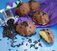 Dessa godingar fotade vi för boken, lakrits, citron och choklad. Mumsig kombo. Fina bilden kommer från Ulrika Pousette Det här behöver du till cirka 25 biskiver : 300 gram mandelmassa 1/2 dl socker 1 äggvita ( ett stort ägg eller två små ) Fyllning : 150 gram rumsvarmt smör 1 … Läs mer A Food, Low Carb, Cookies, Chocolate, Sweet, Desserts, Kaka, Gluten, Lemon