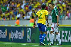 Jorge Torres Nilo y Daniel Alves durante el encuentro