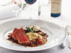 Lammstek med rödvinskokta linser och blomkålspuré - Recept - Huvudrätter - varmrätter   Allt om Mat