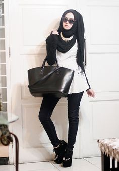 25 Western Outfits to Wear with Hijab for Gorgeous Look Street Hijab Fashion, Abaya Fashion, Modest Fashion, Love Fashion, Fashion Outfits, Fashion Styles, Hijab Trends, Outfit Trends, Muslim Women Fashion