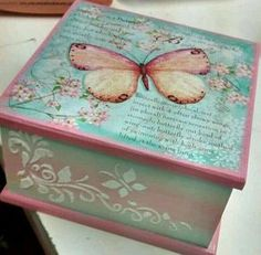 Mariposas vintage...! Decoupage Vintage, Decoupage Wood, Crafts To Make, Fun Crafts, Painted Wooden Boxes, Tea Box, Altered Boxes, Vintage Box, Box Art