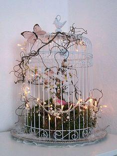Las jaulas metálicas pueden ser usadas en formas creativas y originales para la decoración de un evento. Puedes usarlas llenándolas de flor... Bird Cage Centerpiece, Centerpieces, Decoration Shabby, Balcony Decoration, Bird Cage Decoration, Creation Deco, Deco Floral, Bird Cages, Flower Planters