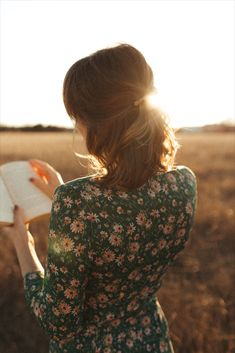 Short hair hairstyle, golden hour light, floral dress, Sézane dress Golden Hour, Freckles, Short Hair Styles, Turtle Neck, Dresses With Sleeves, Hairstyles, Long Sleeve, Floral, Fashion