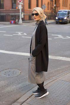 Maxi vestido recto de ZARA. En los pies el modelo Air max Thea de NIKE. El abrigo negro con forro de rayas blanco y negro es de ADOLFO DOMINGUEZ. Las gafas de RAYBAN y el bolso de AITA.
