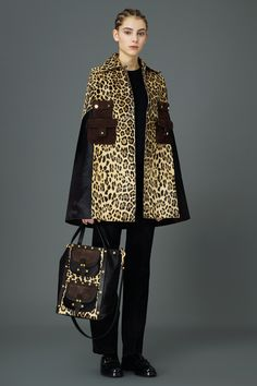 Valentino Pre-Fall 2015 Fashion Show Leopard Fashion, Animal Print Fashion, Look Fashion, Fashion Show, Fashion Design, Valentino Garavani, Very Valentino, Vogue, All About Fashion